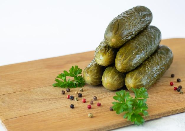 Marinado pepinos fermentados ou pepinos, pepinos em conserva com especiarias na placa de madeira