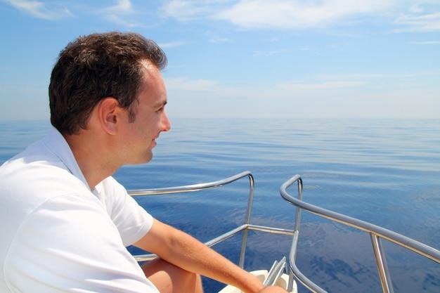 Marinheiro, homem, velejando barco azul, calmo, oceano, água
