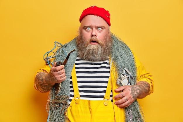 Marinheiro obeso, barbudo, com rede de pesca