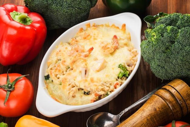Marisco cozido riceï seafoodum prato de frutos do mar frescos arroz cozido na mesa de madeira