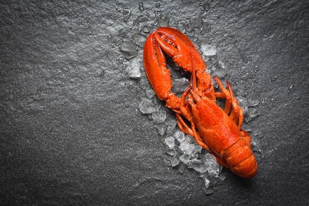 Marisco de lagosta vermelha com vista superior de gelo