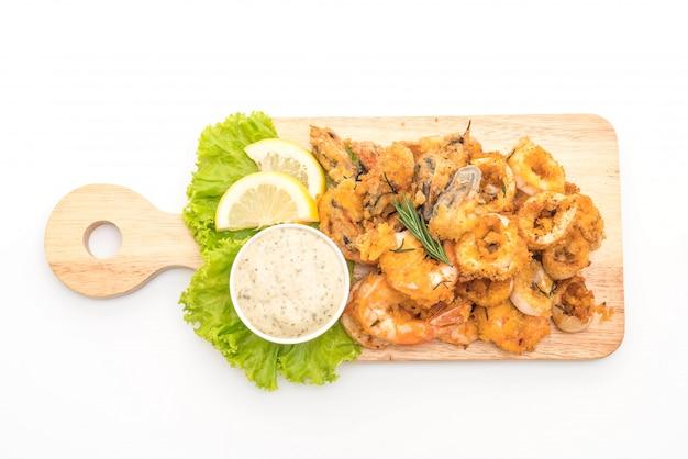 Marisco frito (lulas, camarões, mexilhões) com molho