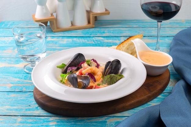 Marisco saboroso prato em close-up tabela