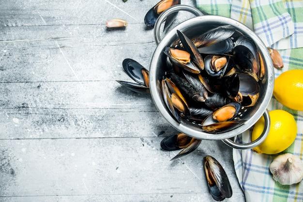 Mariscos de frutos do mar frescos com limão. sobre um fundo rústico.
