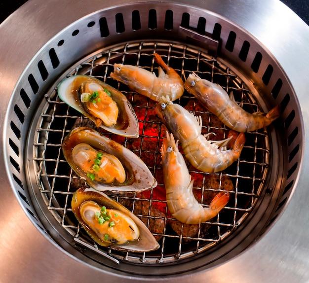Mariscos grelhados, camarões e lulas