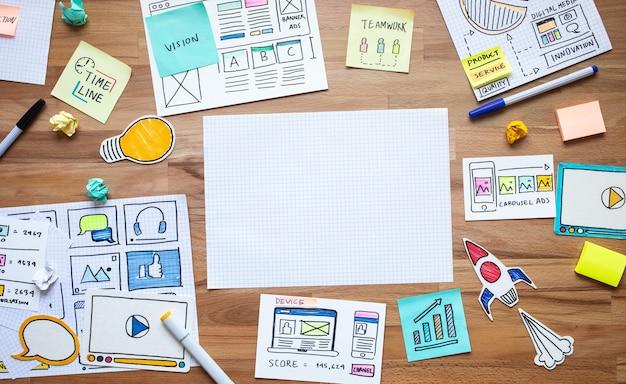 Marketing digital empresarial com esboço de papelada na estratégia de análise de mesa de madeira