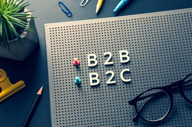 Marketing empresarial com texto b2b, b2c, c2c na mesa da mesa. conceitos de gerenciamento e comércio eletrônico