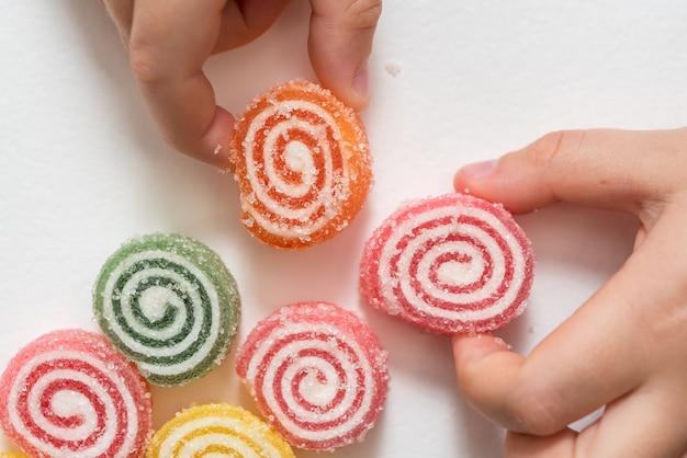 Marmelada colorida de uma forma de caracol em linha