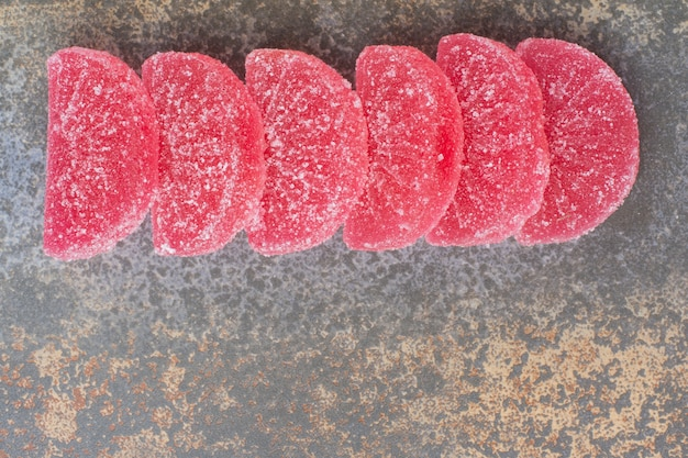 Marmelada de geléia doce vermelha sobre fundo de mármore. foto de alta qualidade