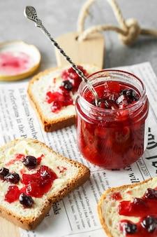 Marmelada de toranja com bandeja de frutas vermelhas