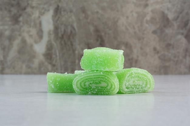 Marmelada doce verde sobre fundo branco. foto de alta qualidade