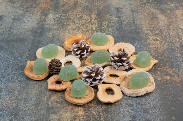 Marmelada verde com frutas secas e pinhas em fundo de mármore. foto de alta qualidade