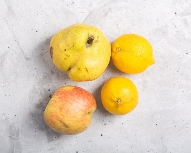 Marmelo de frutas orgânicas feias na moda em cima da mesa