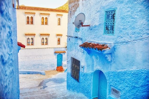 Marrocos é a cidade azul de chefchaouen, ruas intermináveis pintadas de azul. muitas flores e lembranças nas belas ruas de chefchaouen. uma cidade mágica de conto de fadas de cores celestiais