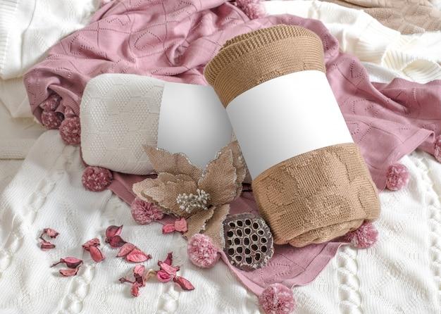 Marrom, branco e rosa mantas e flores.