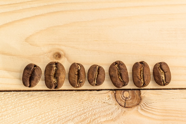 Marrom café em grão na mesa de madeira