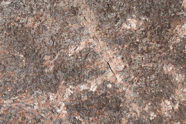 Marrom com fundo de pedra rosa