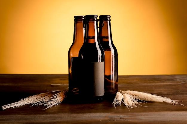 Marrom garrafas de cerveja na mesa de madeira
