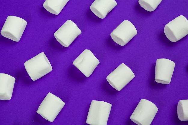 Marshmallow apresentado em papel violeta.
