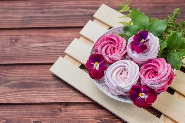 Marshmallow caseiro com zephyr de sobremesa fofa e merengue de redemoinho rosa