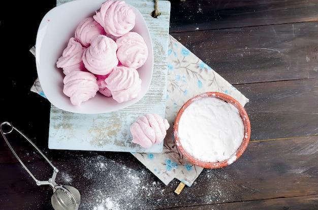 Marshmallow caseiro de berry em um prato