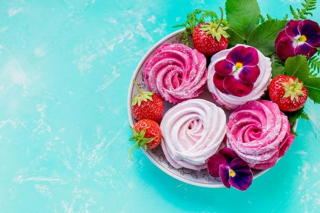 Marshmallow caseiro de cereja, cookies de merengue rosa com frutas para a sobremesa