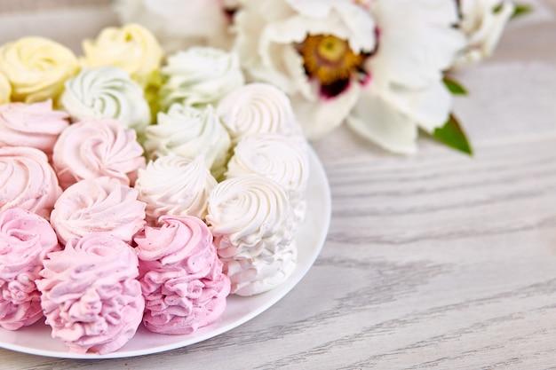 Marshmallow caseiro doce, fundo de pastel multicolor.