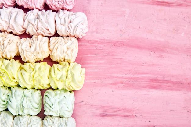 Marshmallow caseiro doce, fundo de zéfiro pastel multicolor