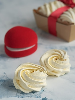 Marshmallow caseiro (zéfiro) em cima da mesa.
