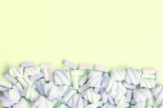 Marshmallow colorido apresentado no fundo do papel do cal. textura criativa pastel