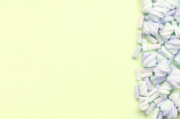 Marshmallow colorido apresentado no papel de cal. textura criativa pastel