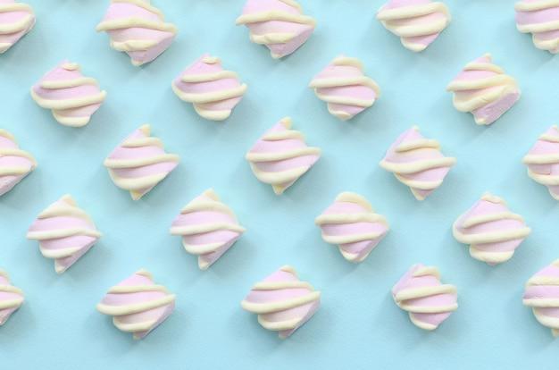 Marshmallow colorido deitado no azul