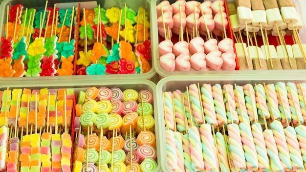 Marshmallow colorido e geléia de frutas em varas