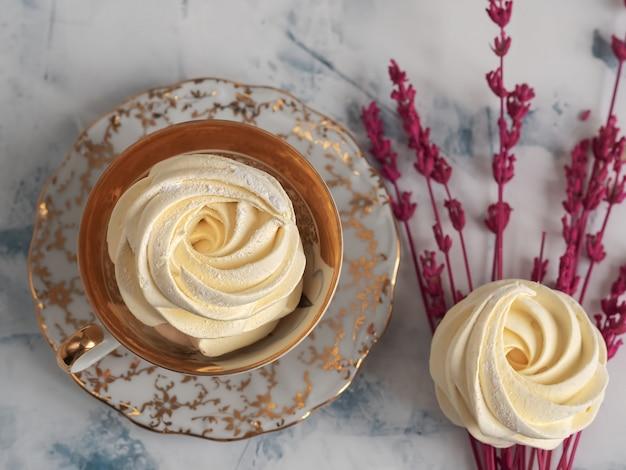 Marshmallow colorido. zephyr caseiro, merengue, vista superior. deliciosos doces caseiros