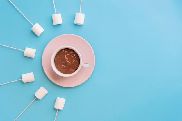 Marshmallow com chocolate em um fundo bonito