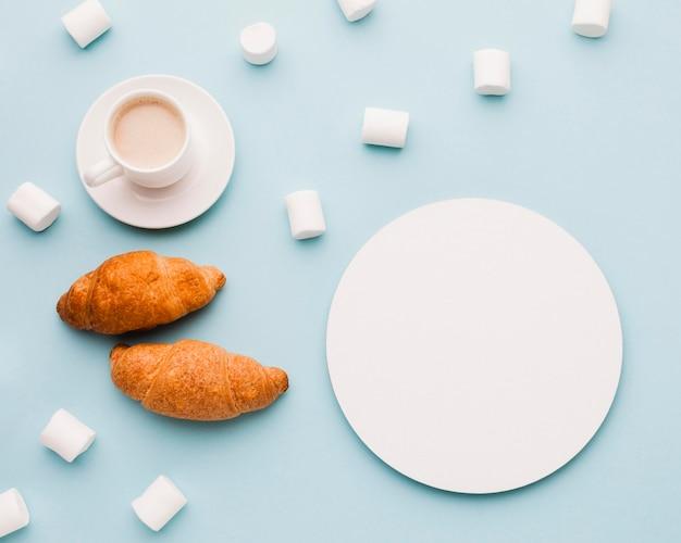 Marshmallow com croissants e café no café da manhã