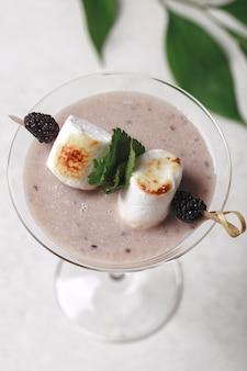 Marshmallow com leite de cacau e blackberry. milkshake com frutas vermelhas.