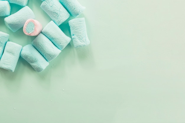 Marshmallow cor-de-rosa em meio a azul