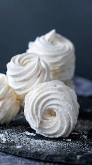Marshmallow de baunilha caseiro ou zefir em fundo escuro
