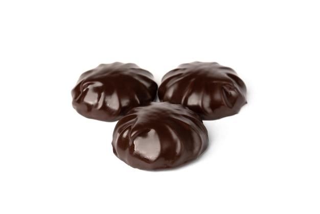 Marshmallow de chocolate isolado no branco