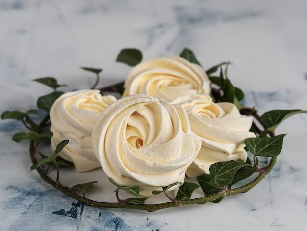 Marshmallow de damasco cercado por galho de hera está localizado.