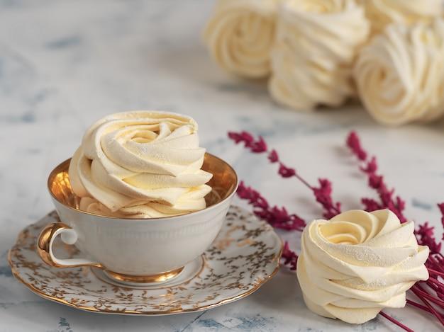 Marshmallow de damasco. zéfiro caseiro, merengues, arranjados close-up.