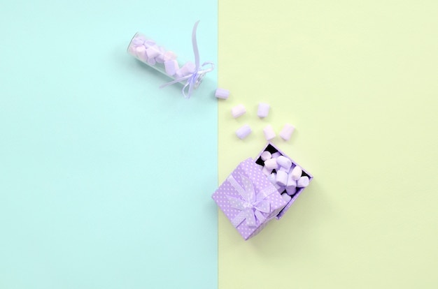 Marshmallow de um frasco de vidro enche uma caixa de presente violeta