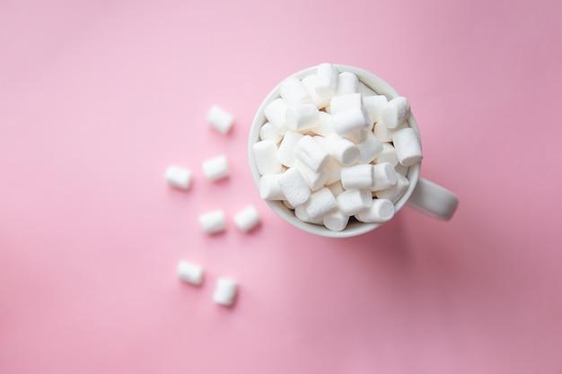 Marshmallow derramado de uma caneca branca
