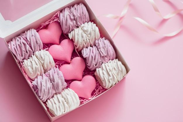 Marshmallow em caixa de presente na cor rosa com espaço para texto