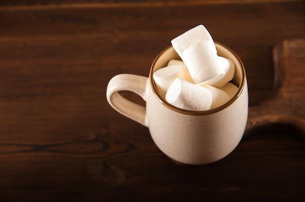 Marshmallow em uma xícara de chocolate quente