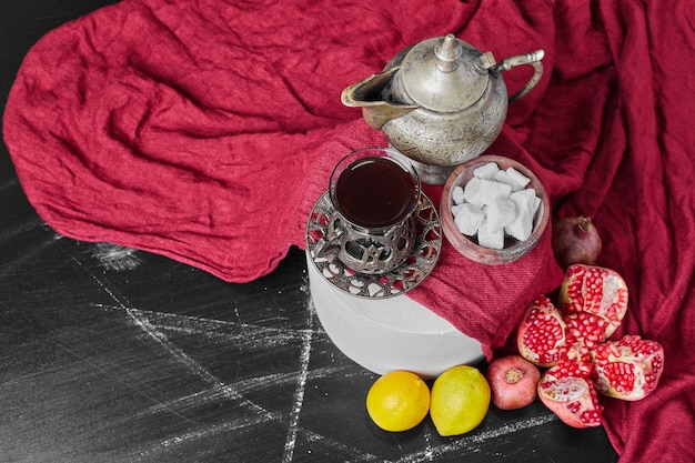Marshmallow na toalha vermelha com chá.
