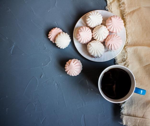 Marshmallow no prato na mesa