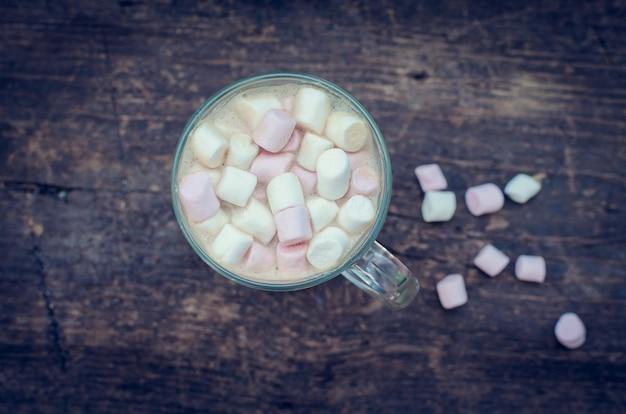 Marshmallow no topo de uma bebida de chocolate quente