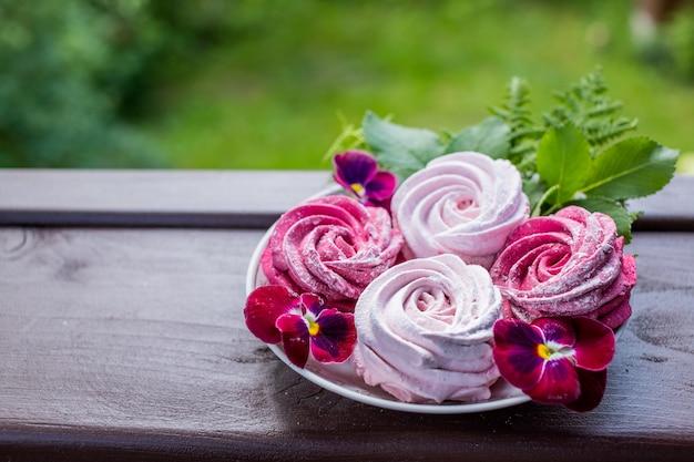 Marshmallow rosa no prato. sobremesa caseira, doces.